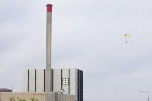 Активист Гринпис сбросил с воздуха шары на крышу АЭС в Швеции