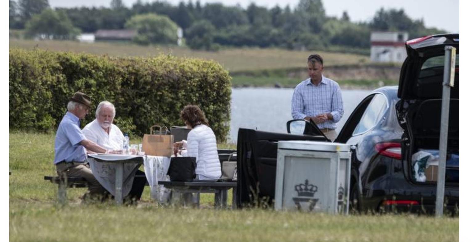 Король Швеции остановился на пикник в Дании и привлек внимание СМИ